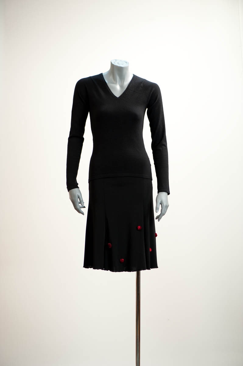 Jupe et corsage en jersey polyester noir sur lesquels sont cousus de petits points en reliefs rouge feu, des lucioles d'été sur un ciel de tissu / Little fiery red points in relief are applied to a skirt and top in black jersey polyester, evoking fireflies against the night sky